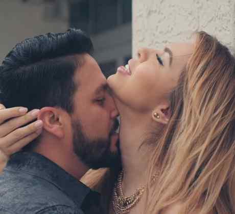 """Banda Sinaloense MS en escena de beso en cuello videoclip """"Me Vas a Extrañar"""""""
