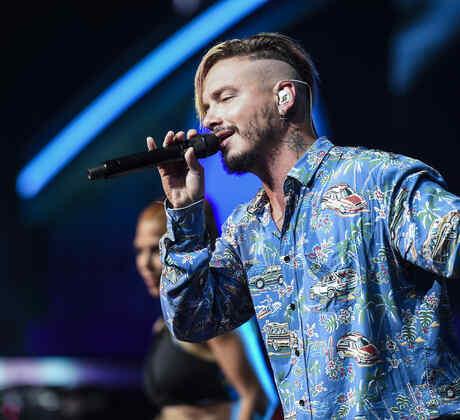 J Balvin en ensayos de Premios Billboard 2017