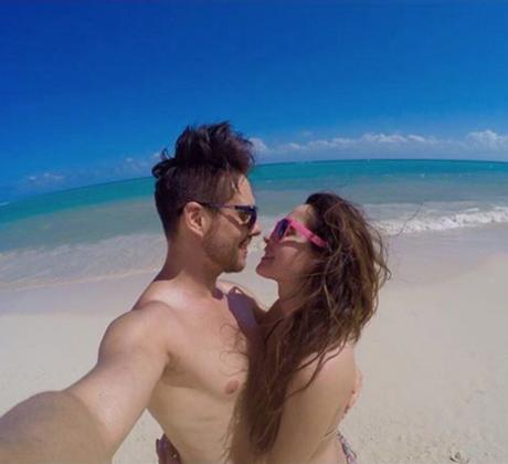 Carmen Villalobos y su novio en la playa