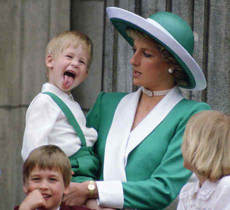 Príncipe Harry enseñando la lengua