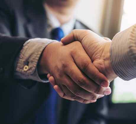 Dándose la mano