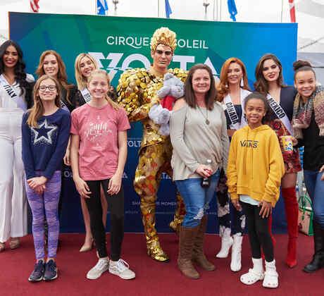 Candidatas a Miss Universo 2019 en evento de VOLTA by Cirque Du Soleil Toys For Toys, acompañadas de acróbatas y niños