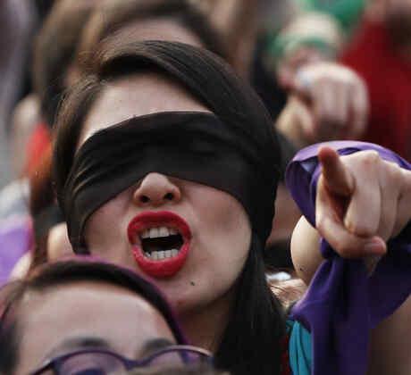 """Una mujer grita y apunta durante la performance """"Un violador en tu camino"""" en el Zócalo, en Ciudad de México, el pasado29 de noviembre. En promedio, 10 mujeres son asesinadas diariamente en México producto de violencia de género."""