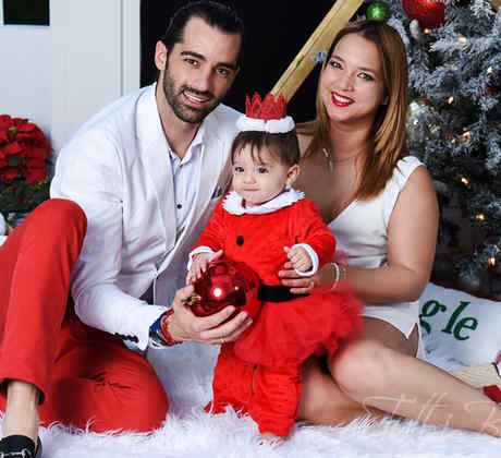Toni Costa junto a Adamari López y Alaia