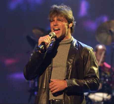 Ricky Marting singing