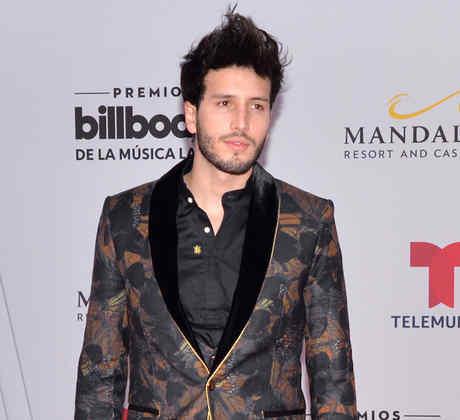 Sebastián Yatra en la alfombra roja de los Premios Billboard de la Música Latina 2019.