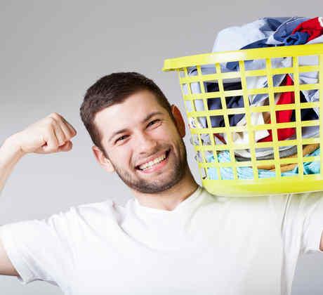 Hombre lavando ropa