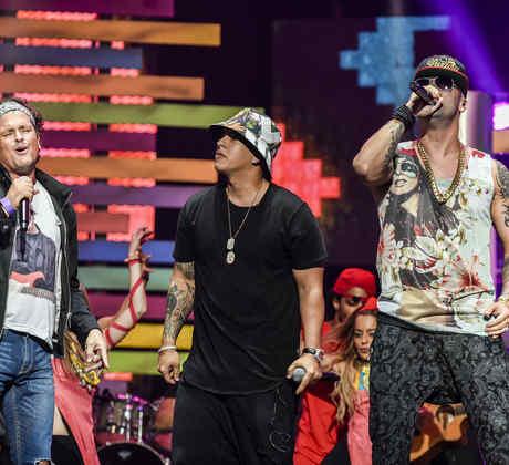 Carlos Vives, Wisin y Daddy Yankee cantando en los ensayos de Premios Billboard 2015