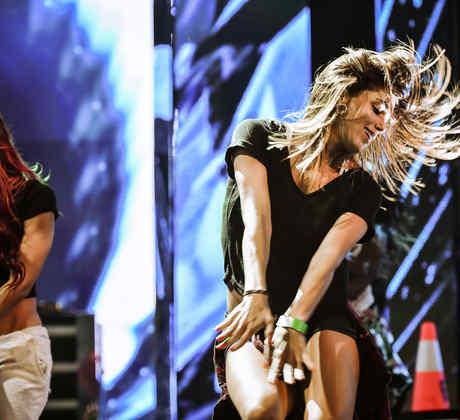 Un par de bailarinas ensayan antes de la presentación de los Premios Billboard 2015