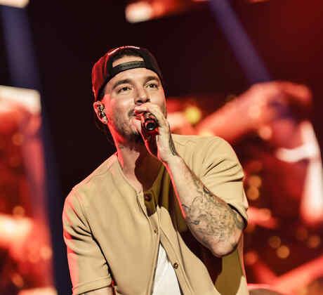 J Balvin cantando en los ensayos de Premios Billboard 2015