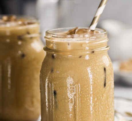 Café helado con pitillo