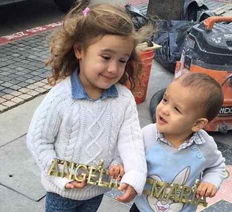 Los nietos de Angélica María ayudan a preparar el molde de su estrella Hollywoodense