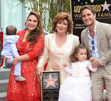Angélica María recibe su estrella  en el paseo de la fama de Hollywood
