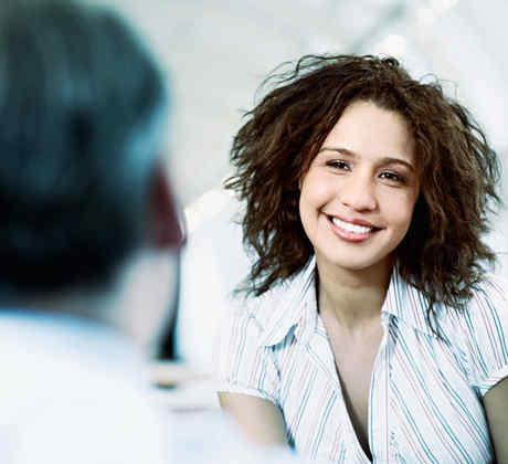Mujer joven en entrevista de trabajo