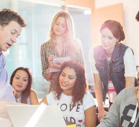 Estudiantes universitarios en salón de clases