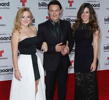 Pedro Fernández con sus hijas Gema Cuevas y Karina Cuevas en los Premios Billboard 2016