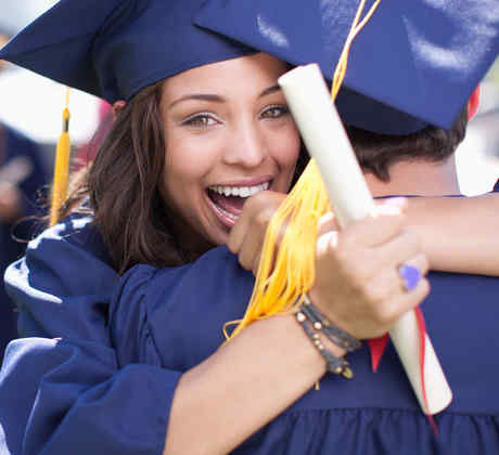 Dos graduados universitarios abrazándose
