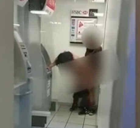 Una pareja tiene sexo al lado de un cajero automático en México (VIDEO)