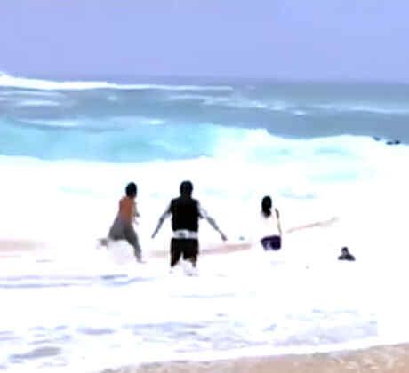 Un bañista salva a un niño de morir ahogado en las playas de Hawái (VIDEO)