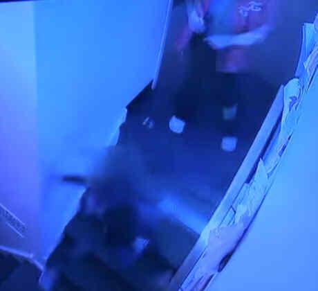 Una trabajadora de una guardería empuja por las escaleras a una niña de 4 años
