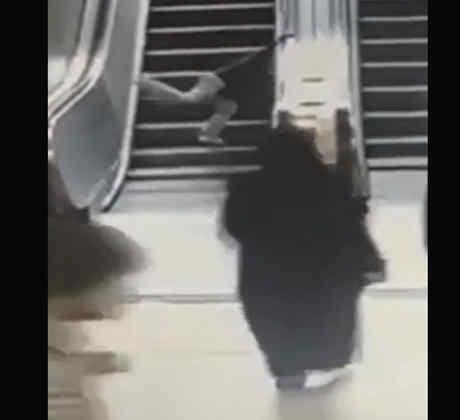 Un niño queda atrapado en una escalera eléctrica