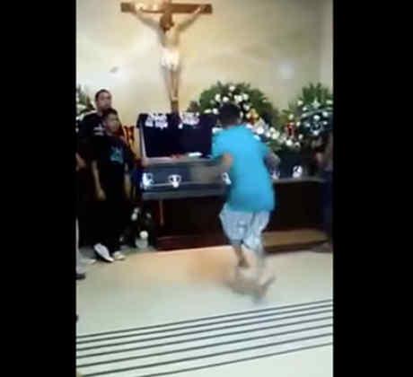 Bailan cumbia en el velorio de su amigo (VIDEO)