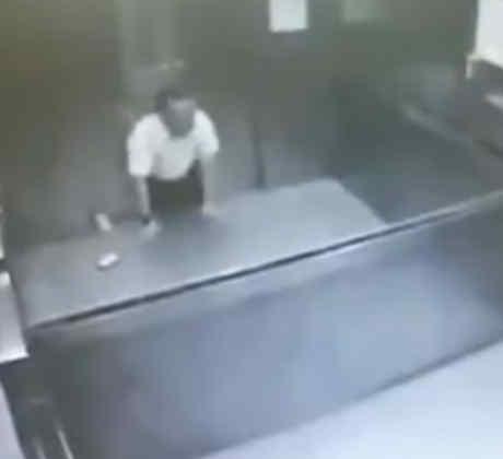 Un hombre se parte en dos al quedar atascado en un ascensor y muere desangrado (VIDEO)