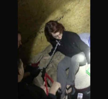 Publican video del rescate de una mujer que fue encadenada por un asesino en serie