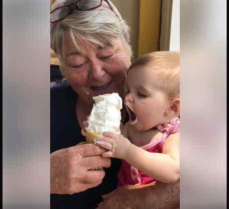 Esta bebé prueba un helado por primera vez y no pude parar (VIDEO)