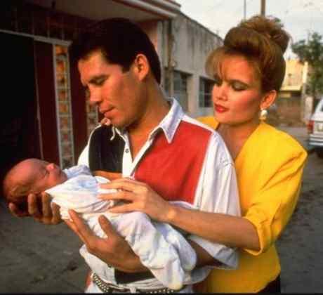 Julio César Chávez y su esposa Amalia cargando a su hijo