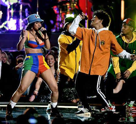 """Bruno Mars tuvo su momento de gloria sobre el escenario junto a la rapera dominicana Cardi B en la presentación de su ultimo hit """"Finesse."""""""