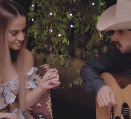 Becky G y Joss Favela cantando