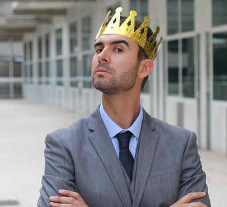 Hombre arrogante con corona