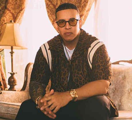 Daddy Yankee sentado en la sala
