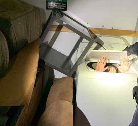Algunos de los ciudadanos chinos escondidos dentro de una lavadora, en una imagen difundida por la CBP.