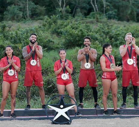 Famosos aplauden con sus medallas de salvoconducto