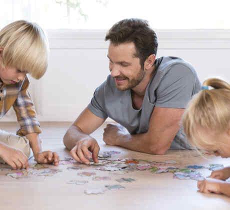 Familia armando rompecabezas