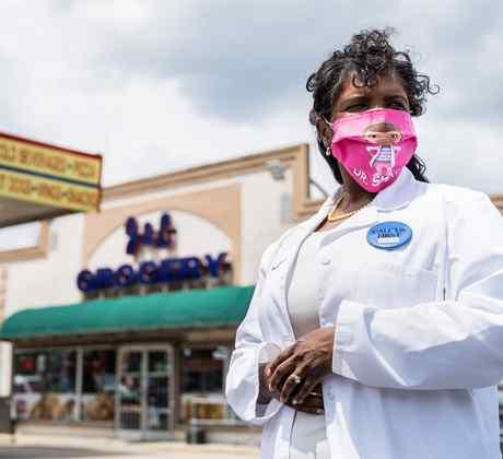 La doctora Karen Smith afuera de la tienda J&L Grocery en Raeford, Carolina del Norte, donde administró las vacunas contra el COVID-19 a los residentes locales.