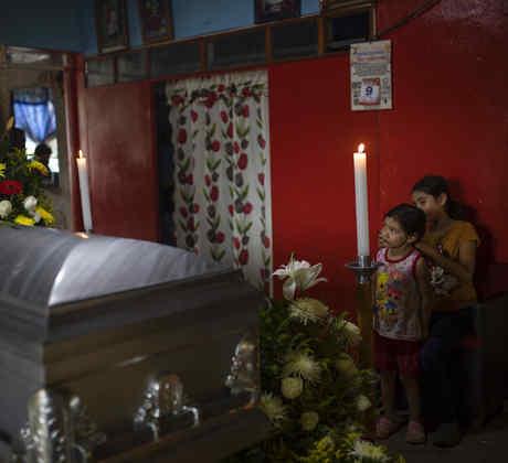 Hijos del periodista mexicano Julio Valdivia durante su funeral en Tezonapa, Veracruz, el 10 de septiembre de 2020.