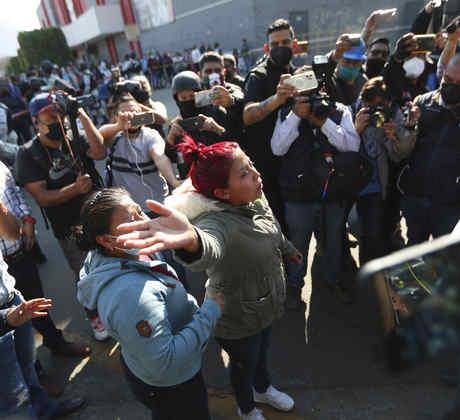 Una mujer exigia información sobre las víctimas del colapso del metro de Ciudad de México, el 4 de mayo de 2021.