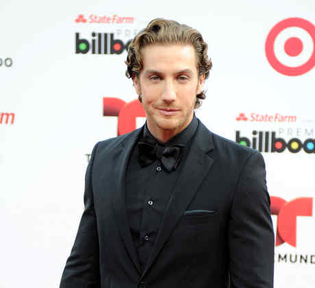 Eugenio Siller en la alfombra roja de premios Billboard 2014.