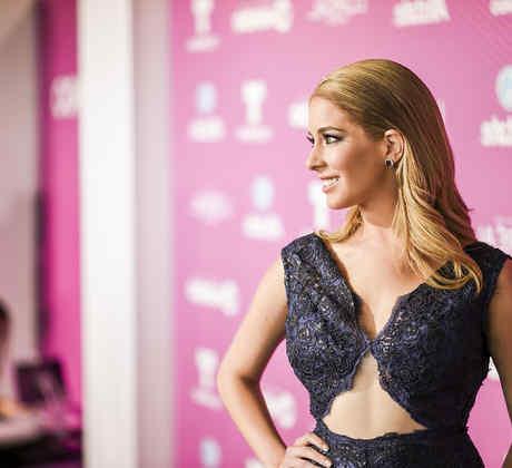 Carmen Aub en la alfombra azul Premios Tu Mundo 2015