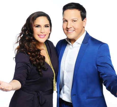 Angelica y Raul posan para las fotos oficiales de ¡Qué Noche!