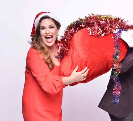 """Angélica y Raúl muestran su espíritu navideño en esta sesión de fotos para """"¡Qué Noche!"""""""