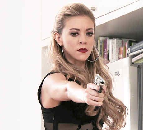 Fernanda Castillo, Mónica Robles, usando una pistola, El Señor de los Cielos