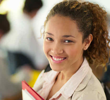Alumna sonriendo