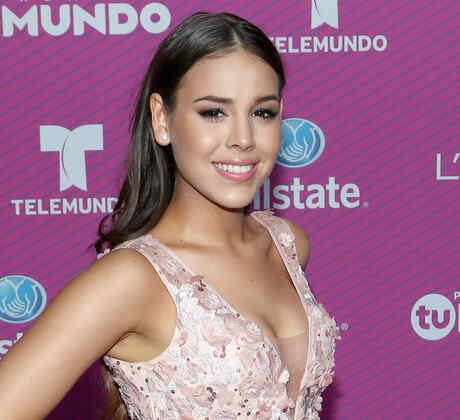 Danna Paola en el red carpet de Premios Tu Mundo