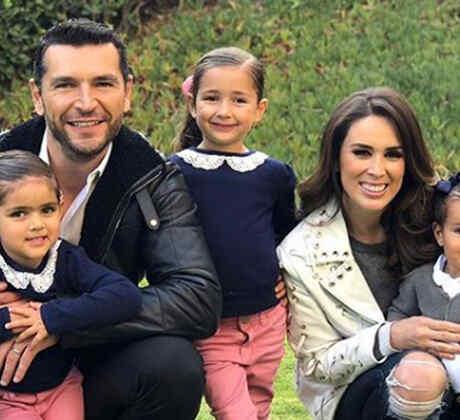 Jacky Bracamontes posando con su familia