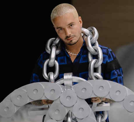 J Balvin con su cadena Chanel