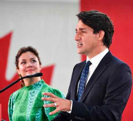 El primer ministro canadiense y líder del Partido Liberal, Justin Trudeau, junto a su esposa Sophie Gregoire